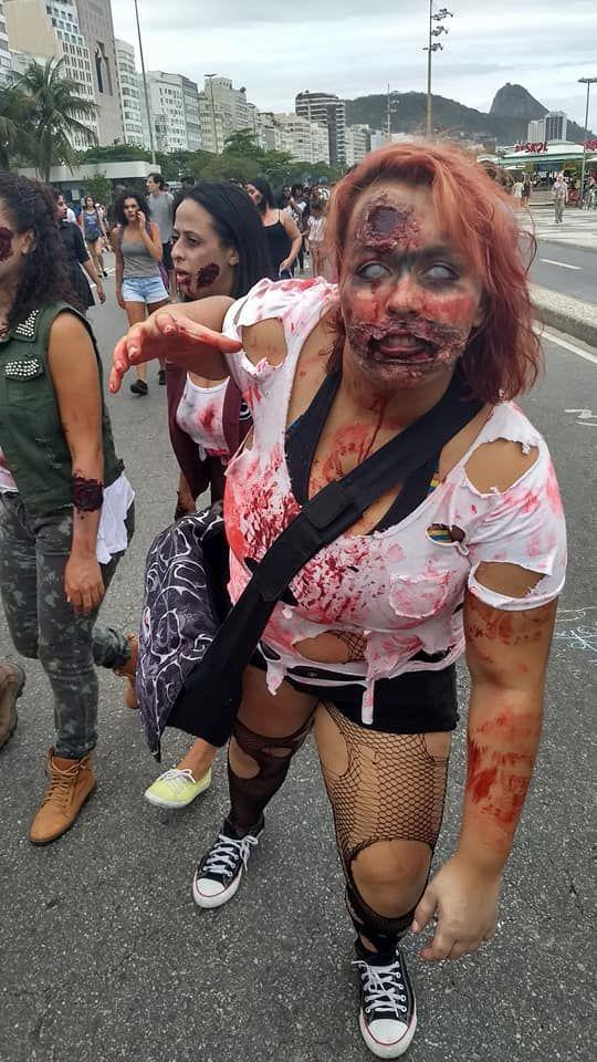 Jovem zumbi caminha na Zombie Walk 2017 em Copacabana