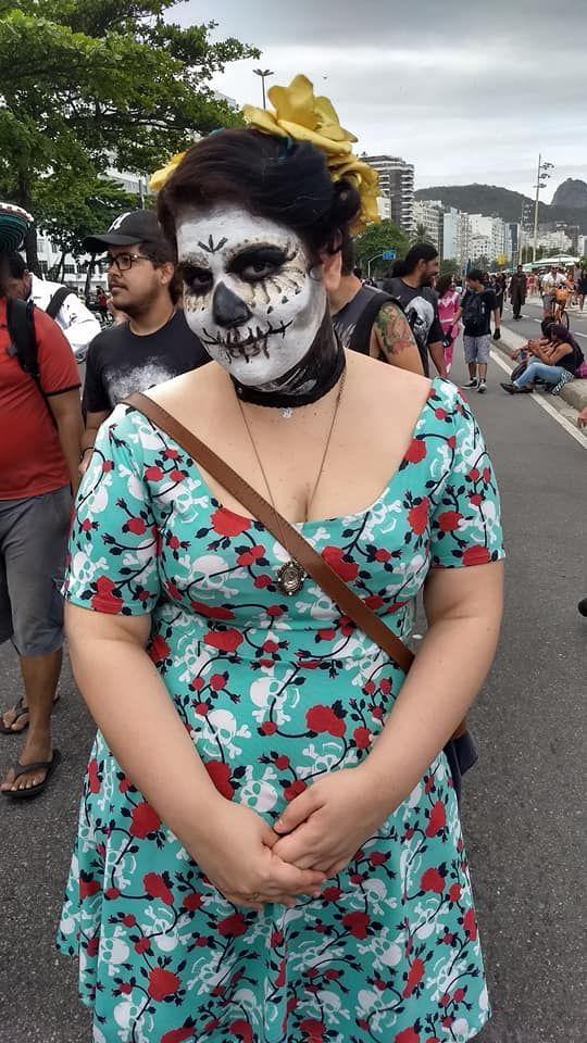 Morta viva homenageia o dia dos mortos na Zombie Walk 2017 em Copacabana