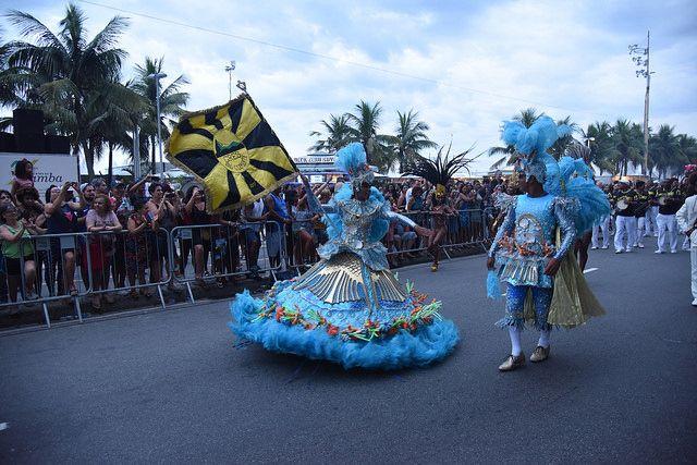 Porta Bandeira e Mestre Sala no Encontro do Samba na Praia de Copacabana