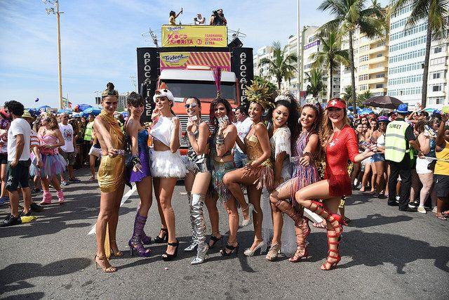 Famosas no Bloco das Favoritas na Praia de Copacabana