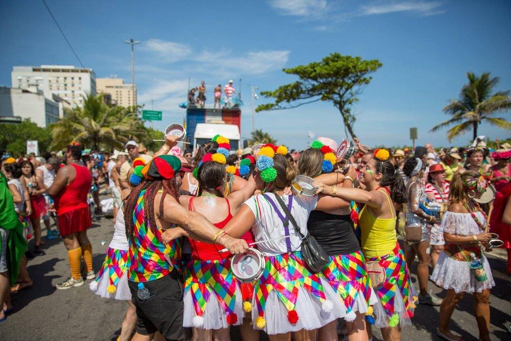 Abraço de foliões no Bloco Empolga as 9 no domingo de Carnaval em Ipanema.