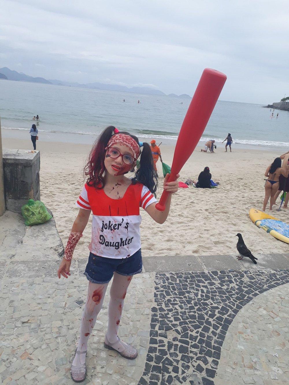 Menina na Zombie Walk 2018 na Praia de Copacabana