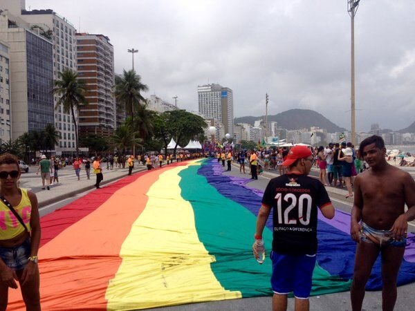 Bandeira Arco-Iris na Parada Gay 2015 em Copacabana