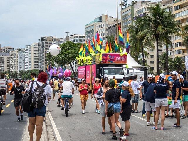 Multidão coloriu a Praia de Copacabana na Prada LGBT 2015