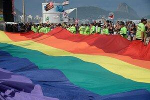 Bandeira da Parada Gay em Copacabana 2016