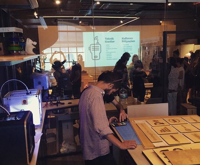 """En sevdiğimiz ATÖLYE günlerinden: maker lab'de lazer kesim + 3d yazıcı sesleri, etkinlik alanında Design Thinking'in en önemli ayağı """"Empati"""" workshop. Sayenizde @designthinkingturkey @aliustundag  A perfect day in ATÖLYE: 3d printing, laser cutting noise in Maker Lab, Design Thinking workshop in the event space. Thanks to you !  #designthinkingturkey #iltek #atolyeist"""