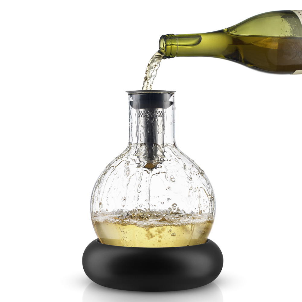 The mouth-blown glass carafe has an integrated funnel, which is perforated with small holes. As the wine runs through these tiny holes and down the inside of the carafe, it is gently and effectively aerated