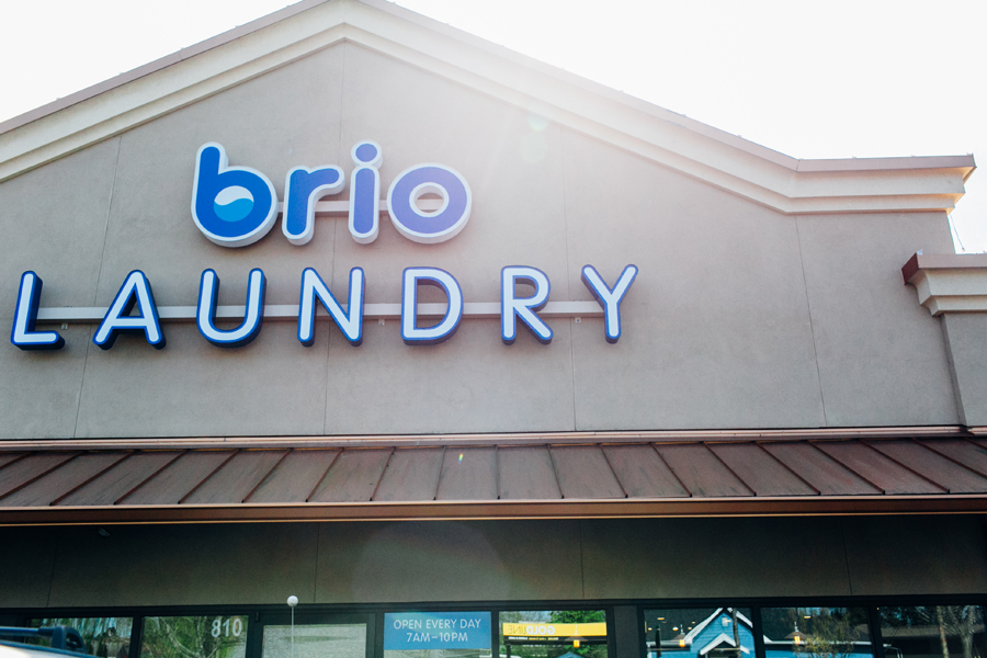 001-bellingham-engagement-lifestyle-photographer-photo-brio-laundromat.jpg