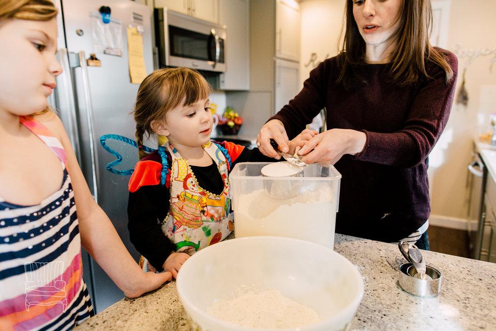 bellingham-lifestyle-photographer-katheryn-moran-mother-daughter-baking-spencer-9.jpg