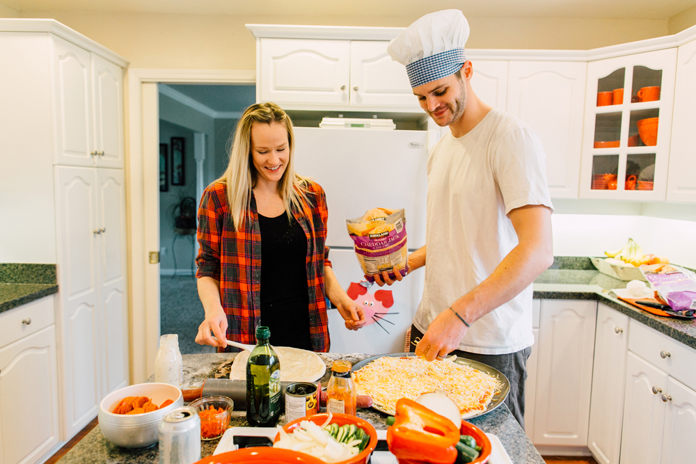 016-bellingham-lifestyle-photographer-katheryn-moran-pizza-baking-home-session-anna-rudy.jpg