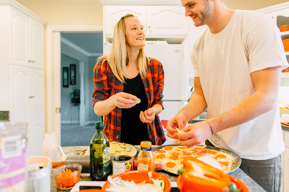 018-bellingham-lifestyle-photographer-katheryn-moran-pizza-baking-home-session-anna-rudy.jpg