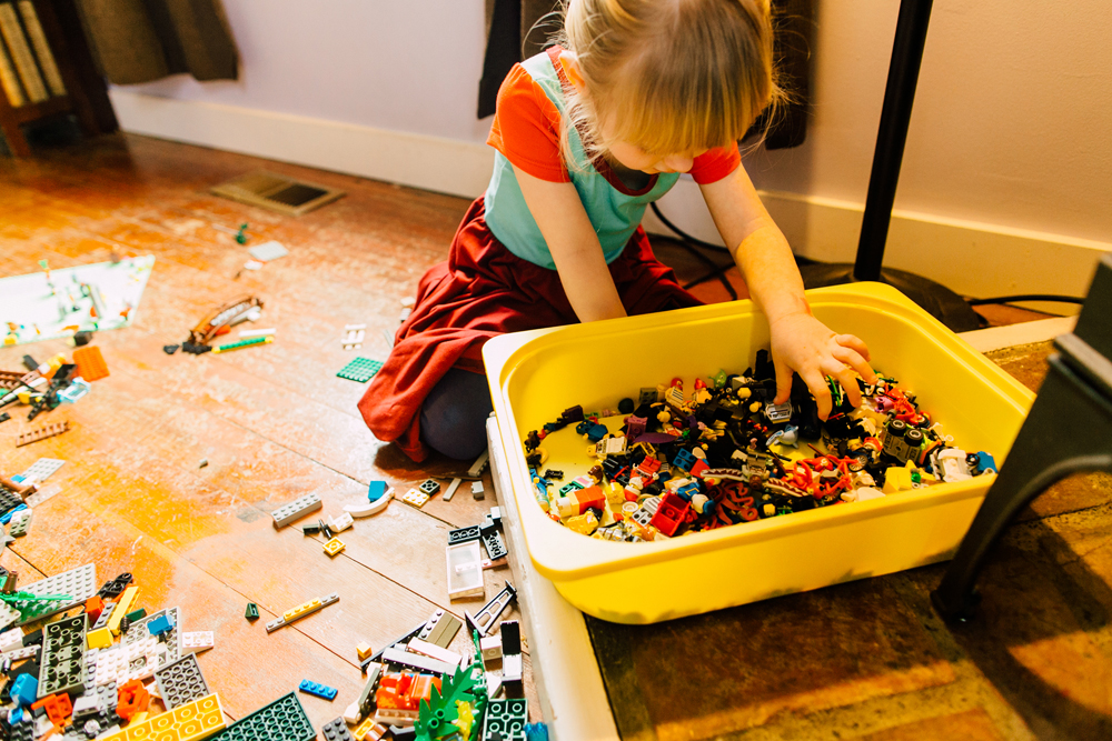 020-bellingham-lifestyle-photographer-katheryn-moran-lego-building-in-home-session.jpg