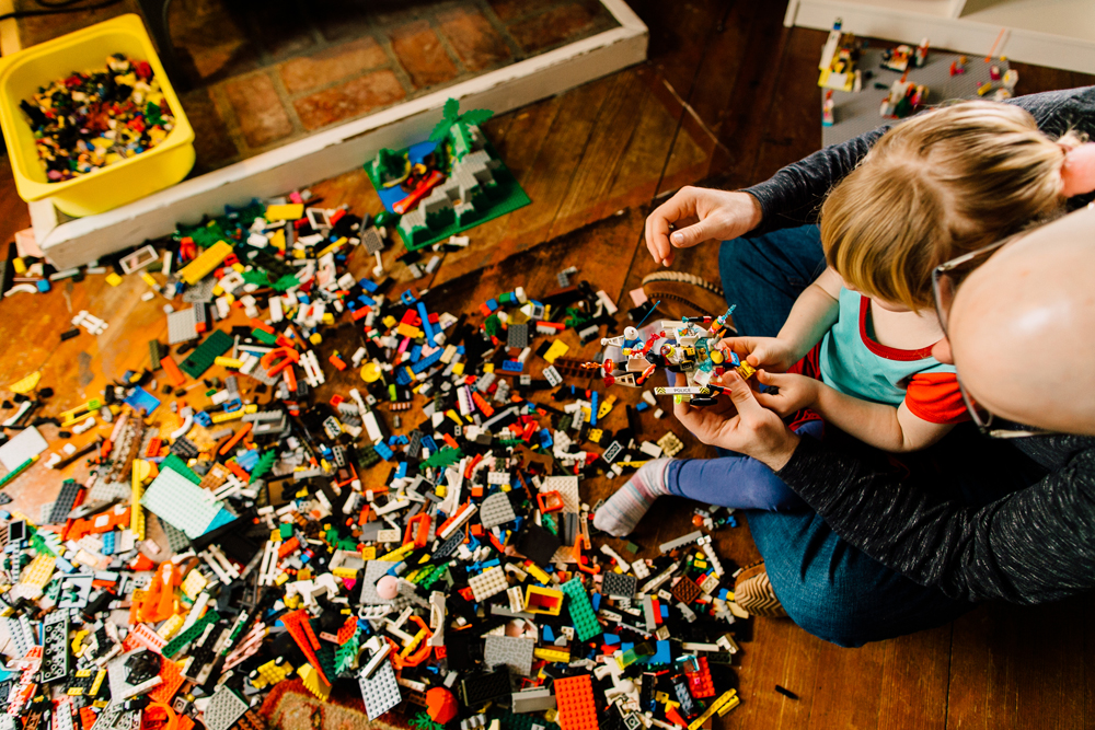 027-bellingham-lifestyle-photographer-katheryn-moran-lego-building-in-home-session.jpg