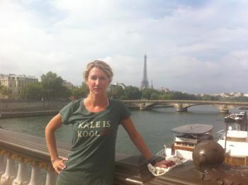 Mid-run in Paris in kale tshirt-6.png