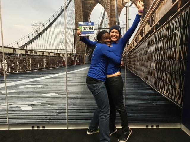 Laetitia à gauche, Karine à droite lors du retrait des dossards au Marathon de New York
