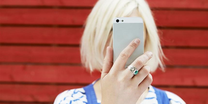 171013-selfie-girl-better-stock-ew-257p_3b45aee6a13a632c21078f1cf635a305.focal-860x430.jpg