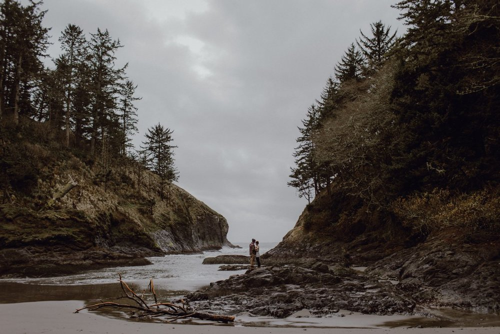 Engagement session at the Oregon Coast by Catalina Jean