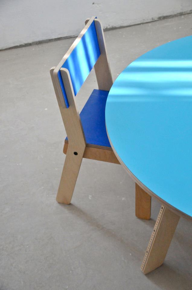 På runde bord er tommestokk integrert på beina.