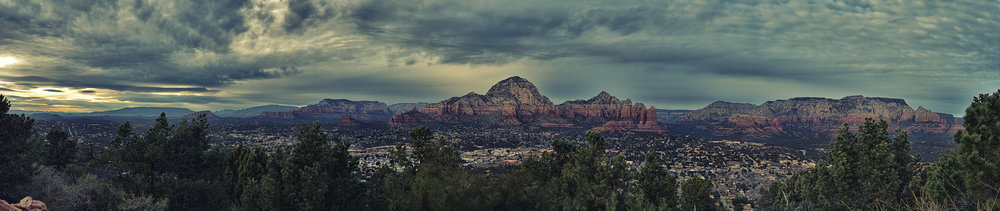 The panoramic view from Airport Mesa, overlooking West Sedona, Capitol Butte (center), Coffee Pot Rock, and Brin's Mesa. (☒Click to enlarge)