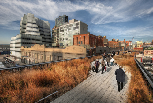 Something Brilliant 92y: Interested in The High Line park? Seems thousands of you are. Don't miss the opportunity to get up close and personal with Diller Scofidio + Renfro, the mastermind architects behind The High Line, with The New Yorker's Paul Goldberger, at 92Y tomorrow, October 4. (Amazing photo of The High Line via Stuck in Customs/Flickr)