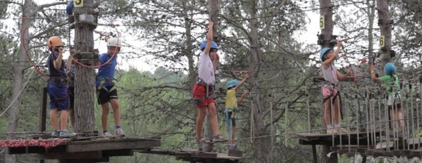 """Para los más aventureros (6 a 16 años): - Campamento internacional """"Camp Rialp"""" (Andorra) con o sin clases de inglés, combinado con de deportes clásicos o """"camps"""" deportes de aventura."""