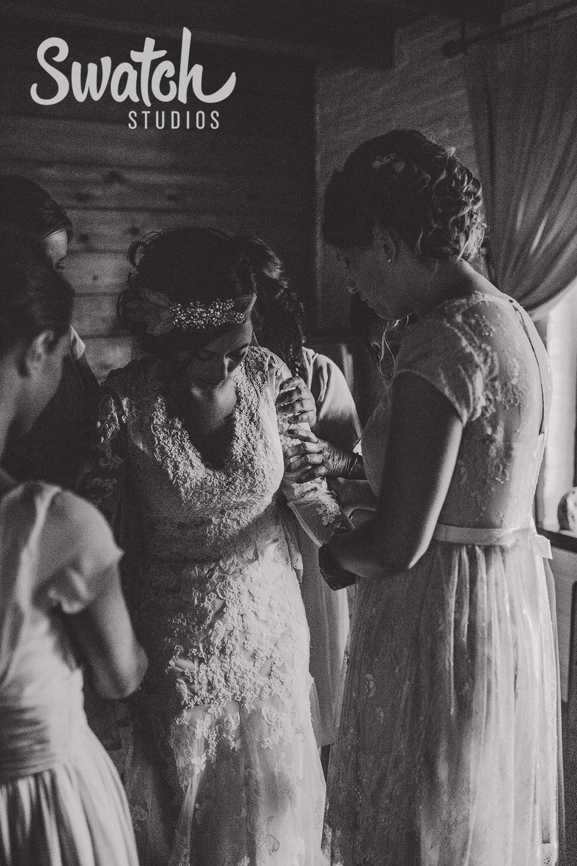 Bride_Praying_With_Bridesmaids