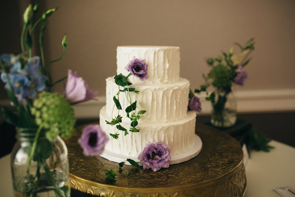 Eston's Wedding Cake with floral from La Boutique Nostalgie.