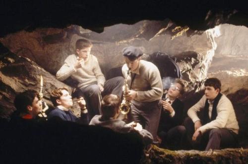 Cena do filme meninos reunidos numa sessão da Sociedade dos Poetas Mortos.