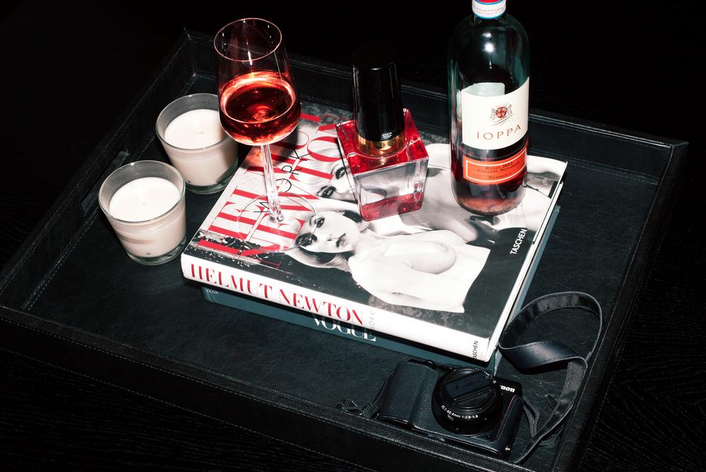 Liker ikke å bli fotografert, så ba både fotografen og journalisten på vin
