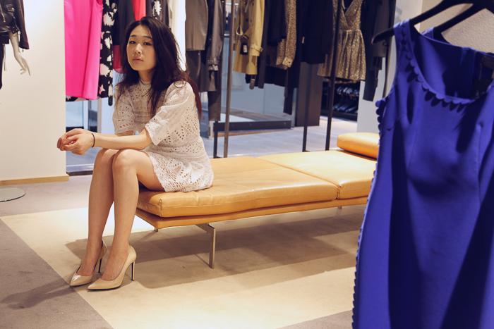 Esther Roe i kjole fra Pia Tjelta og sko fra Saint Laurent.