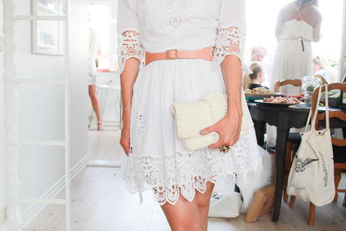 Anja Stang i kjole fra By Malene Birger, belte fra Nina Jarebrink. Den fantastiske bryllupsvesken hennes er fra Batlak og Selvig.