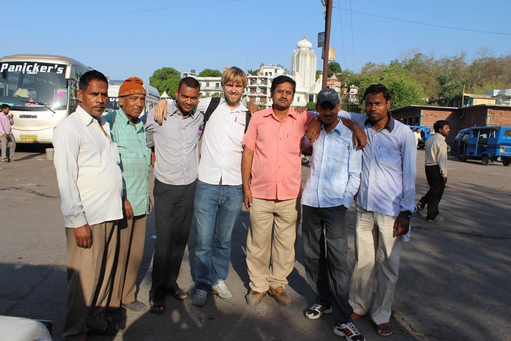 Knut Aukland henger med guider i Rishikesh på feltarbeid i 2013.