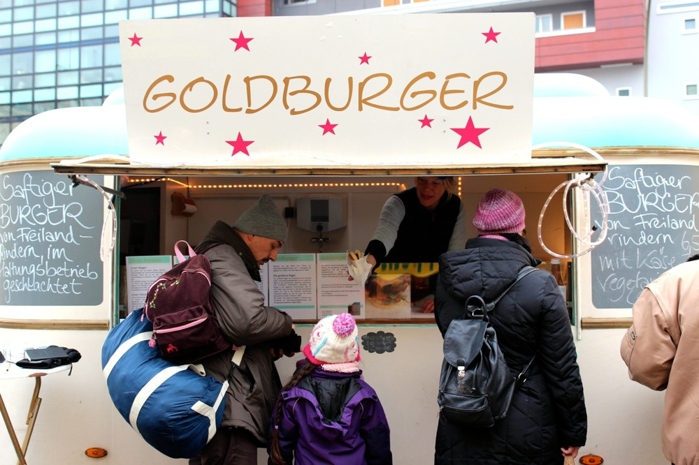 Goldburger_Wagen_Kunden_susies-local-food.jpg