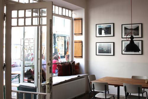 """HEJ PAPA! - Das """"Hej Papa"""" ist Café und Laden, Galerie und Bar und erinnert mit seiner offenen, freundlich skandinavischen Atmosphäre an die Kaffee-Bars in Oslo."""