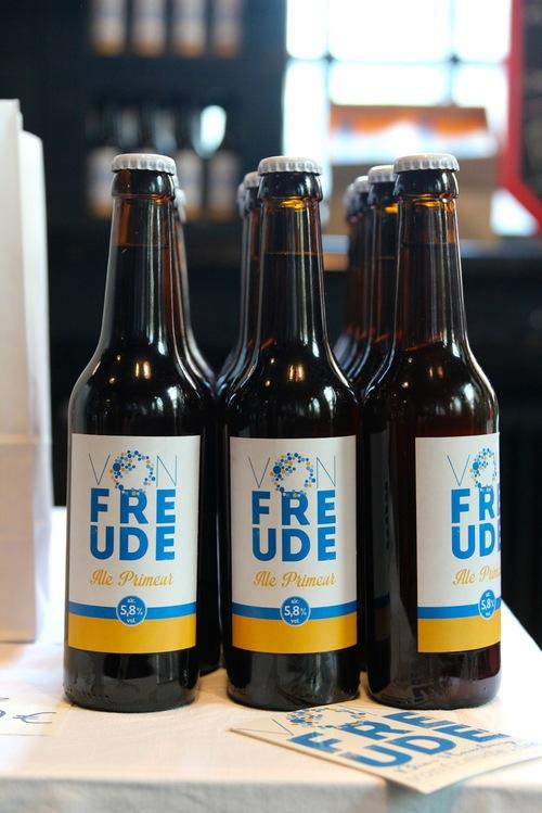 """VON FREUDE - Enttäuscht von den Produkten der großen Hersteller, begannen die beiden ihr eigenes Bier zu brauen. Das Ergebnis ist ein hopfig-fruchtiges """"Ale Primeur"""". Ein was bitte?"""