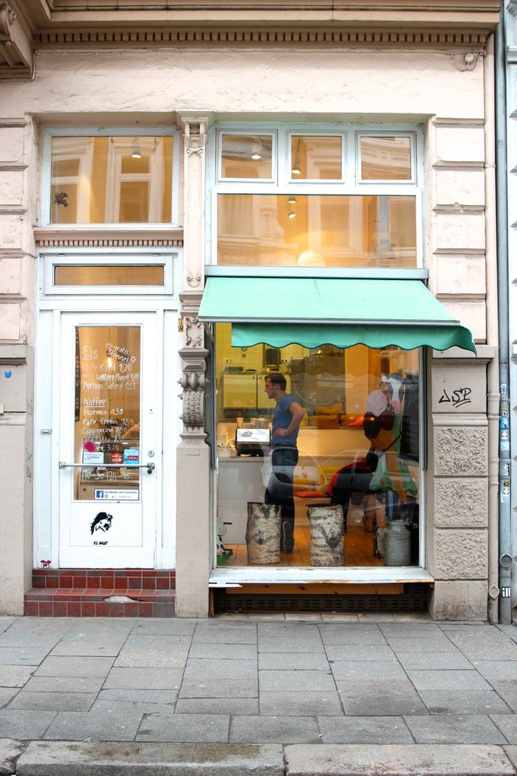 """LUICELLAS ICE CREAM - Mit traditionellen Maschinen produzieren Luisa Mentele und Markus Deibler in ihrem Eis-Café cremiges Milcheis wie """"Vanille-Salz"""" und fruchtige Sorbets wie """"Cassis"""". Wir reisten mit bunten Plastiklöffelchen an – und konnten kaum aufhören zu probieren"""