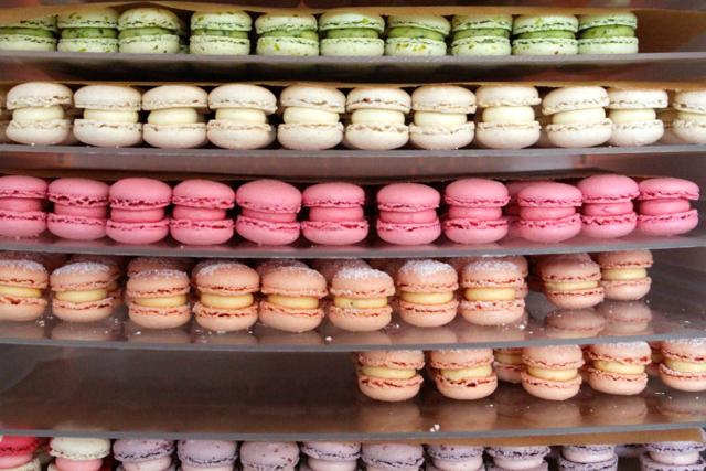 JÖ MAKRÖNCHEN - Das Geheimnis eines guten Makrönchens ist die Ausgewogenheit. Die Füllung darf nicht zu süß sein, denn das Baiser umarmt die Creme vor allem mit Zucker. Die Vermählung findet im Mund statt. Und erst da zeigt sich, ob das Rezept gelungen ist