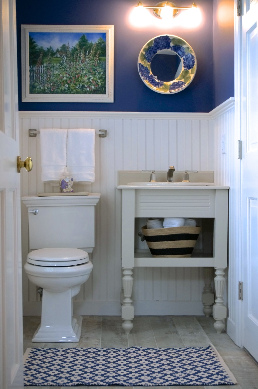 Powder Room Off Hallway.jpg