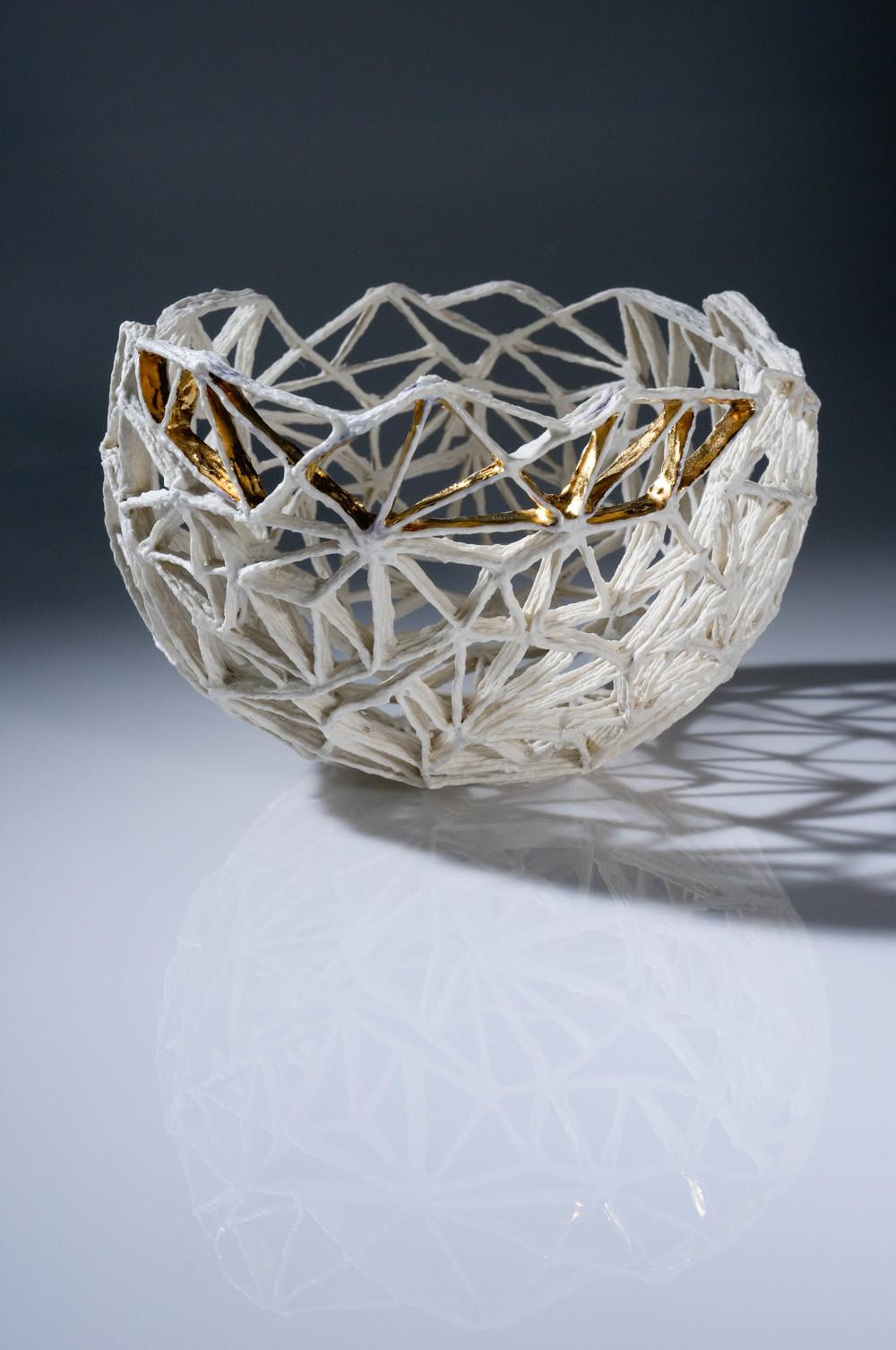 Dreieckiges Fachwerk mit Goldfächern threesides framework with gold d 20 cm image:Natalie Williams