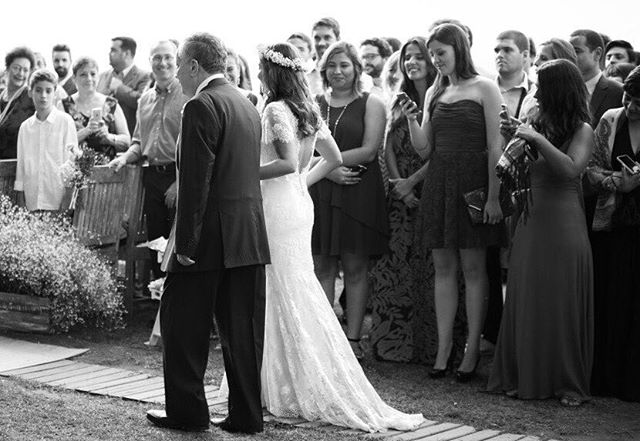 Relembrando essa noiva linda @tatifradkin com seu vestido sereia super delicado todo em renda chantilly 💗🙀💓 #carolknudsen #vestidodenoiva #bohobride