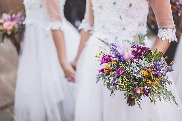 """Muito amor por essas daminhas """"fadinhas"""" feitas com muito capricho pela parceira @trollmania_fantasias 💗🙀💓 E esse bouquet da @renataparaisodesign?! Maravilhoso! 😍😍😍 #casamentoboho #flowergirls #bohowedding"""