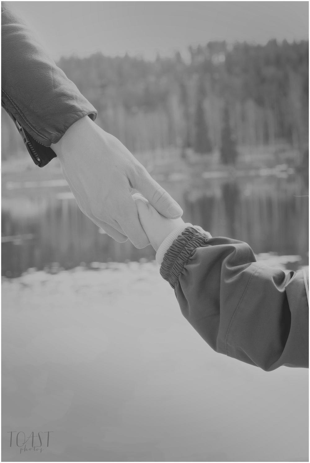 Äiti-ja-lapsi-käsi-kädessä-Kemijoen-rannalla