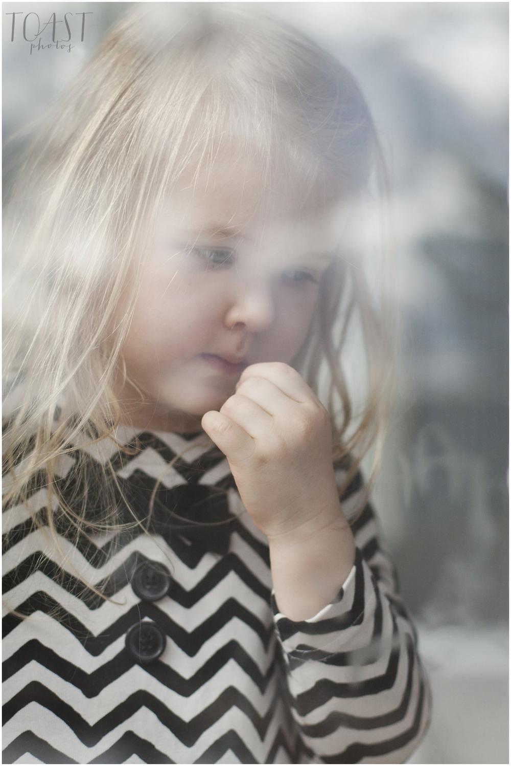 Tyttö-ikkunassa-lapsikuvaus