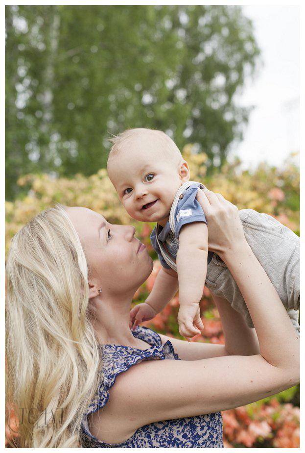 Äiti-ja-lapsi-kuva-atsaleapensaiden-edessä