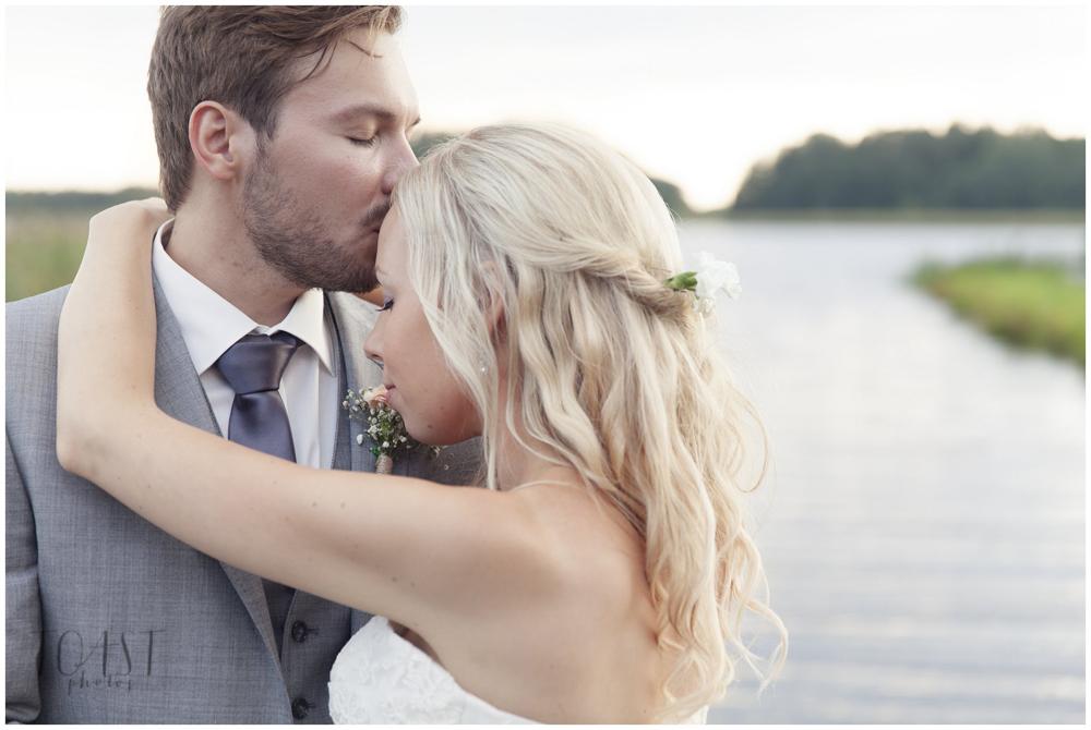 suudelma-morsiamelle-Vitträsk-järven-rannalla