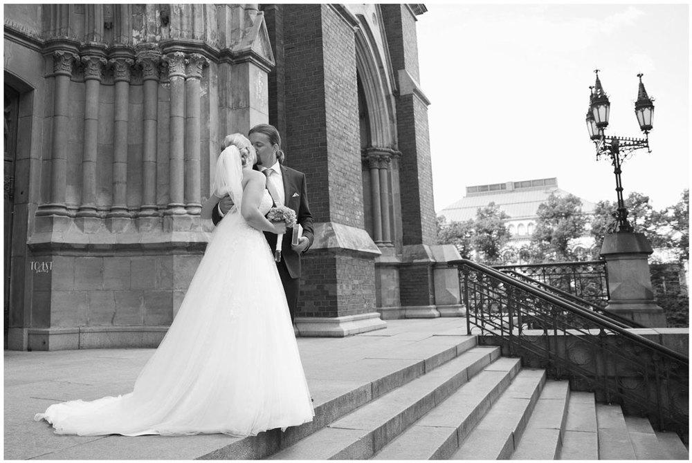 Suudelma Johanneksen kirkon portailla