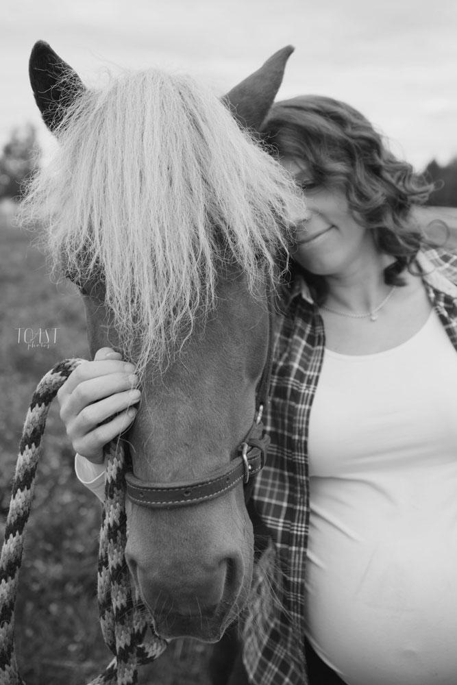 Rakkaan hevosen kanssa kuvauksissa