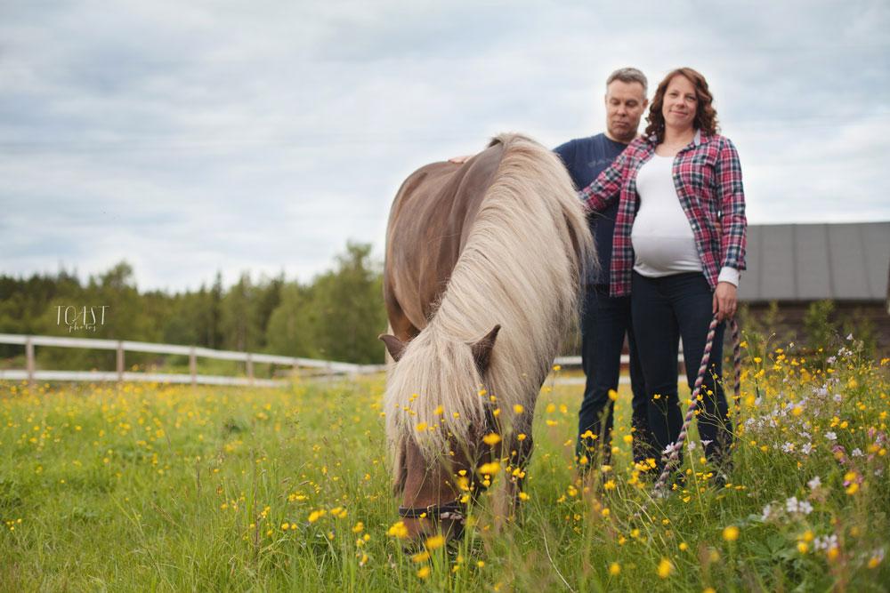 Koko perhe kuvauksissa Rovaniemellä