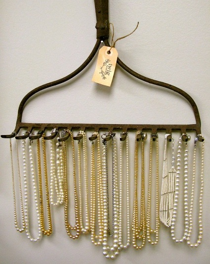 rake_necklace_holder_8-22_m.jpg