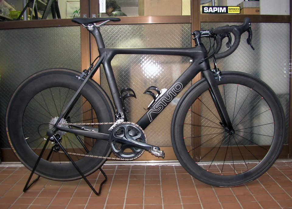 We'll be offering performance road bikes to rent in Tokyo. Here is one of them. Set up for multi-purpose triathlon, enduro or duathlon. With the lighter wheel set an awesome bike for hitting the nearby hills or rivers!